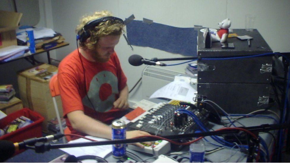 Huw Stephens y tu ôl i ddesg ddarlledu C2, BBC Radio Cymru yn Eisteddfod Meifod 2003