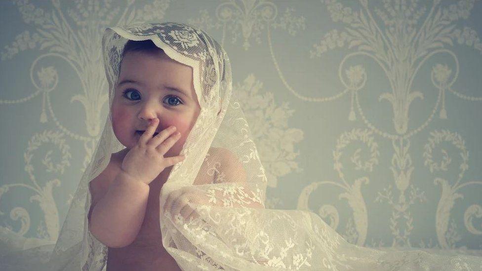 Babi 6 mis oed yn cael ei llun proffesiynol gynta