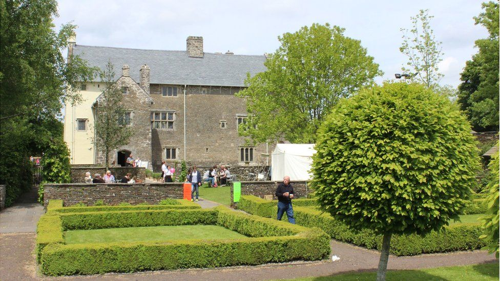 Paned a chacen ym Mhlasdy Llancaiach Fawr // There's always time for tea and cake at Llancaiach Fawr Manor