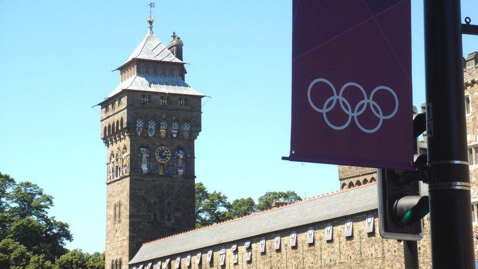 Baneri Olympaidd ger Castell Caerdydd