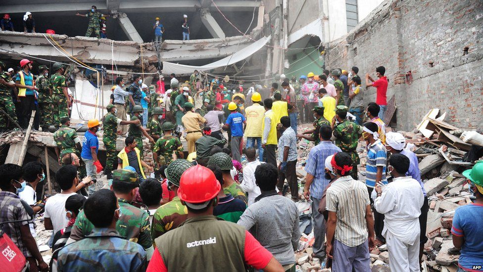 Volunteers and rescue workers in Dhaka (27 April 2013)