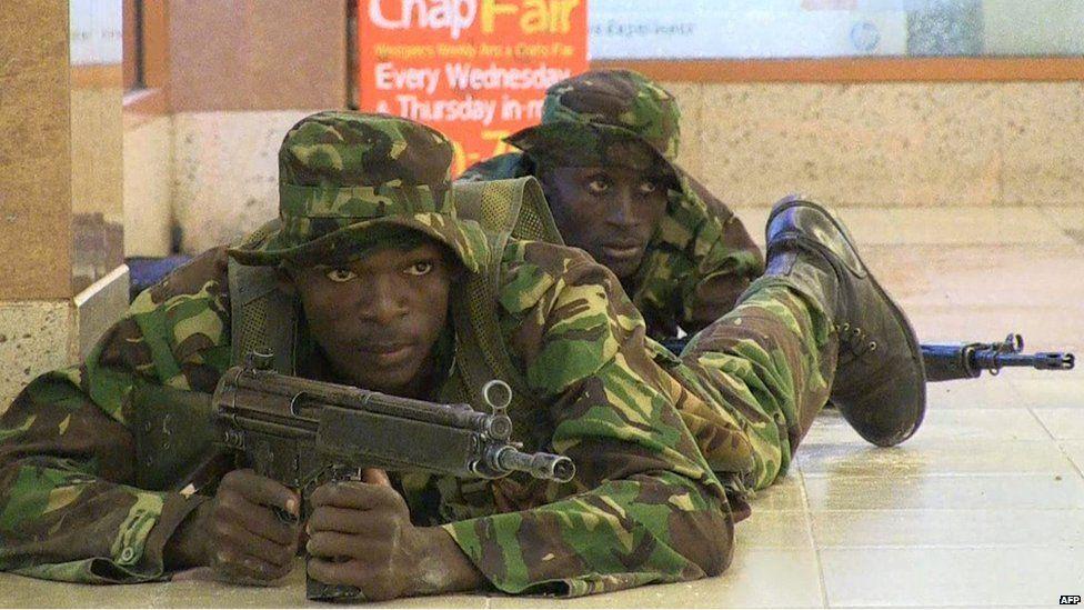 Kenyan troops taking position inside the Westgate mall in Nairobi (21 September 2013)