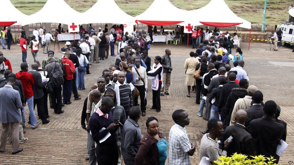 Kenyans line up to donate blood for victims in Sunday's terrorist attack on a shopping mall, at Uhuru Park in Nairobi, Kenya (23 Sept. 2013)
