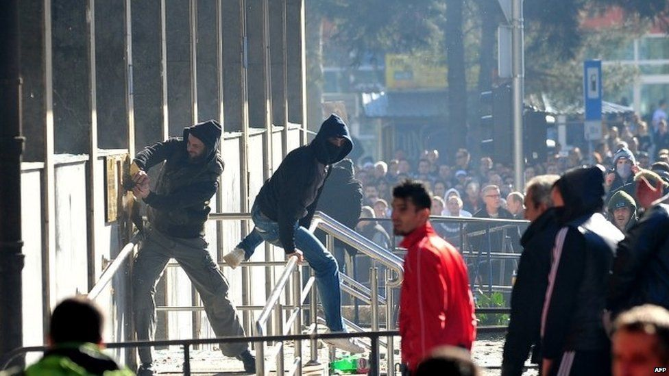 Protesters attack a government building in Tuzla (7 February 2014)