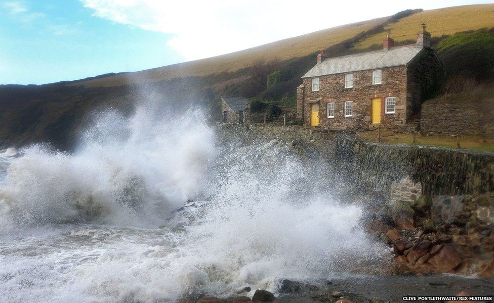 Heavy winds and huge waves batter coast of Port Quin, Cornwall