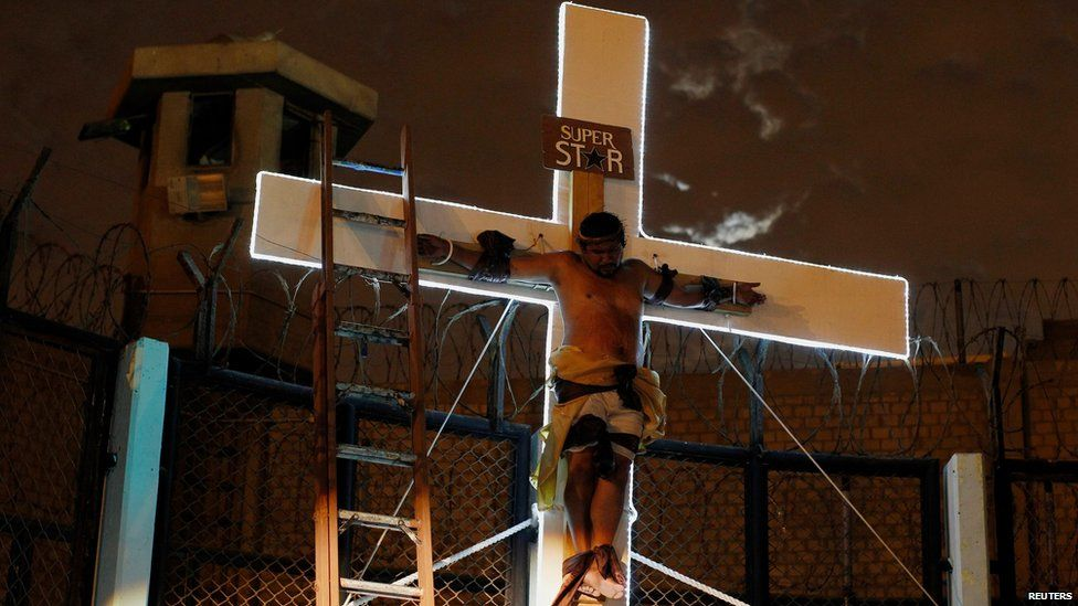 An inmate depicting Jesus performs at the Sarita Colonia prison yard in Lima, on April 15, 2014.