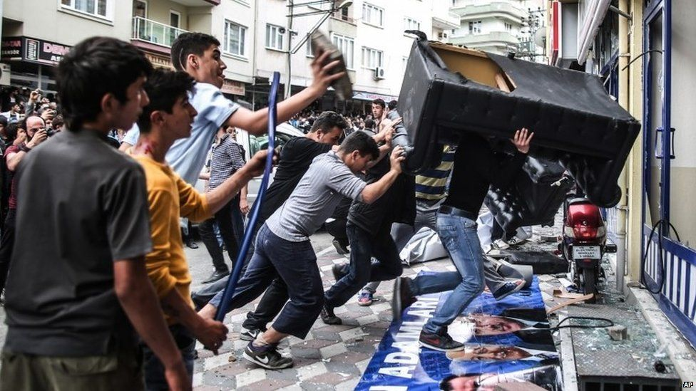 Protesters throw a couch at the office of the ruling AKP party in Soma (14 May 2014)