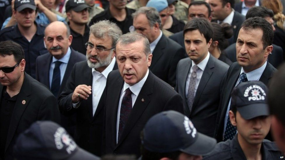 Prime Minister Recep Tayyip Erdogan is surrounded by security as he visits the Soma mine (14 May 2014)