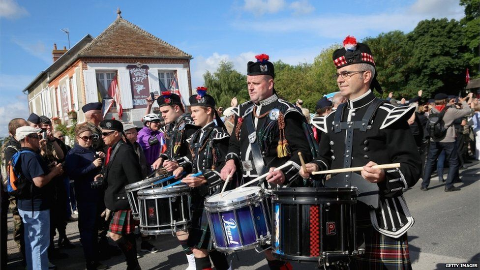 Pipers marched past Cafe Gondree