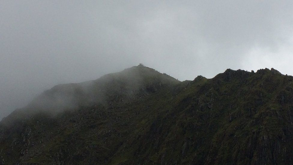 Y cwmwl yn dechrau clirio o'r copa // That cloud's beginning to clear from the summit... there are people there already