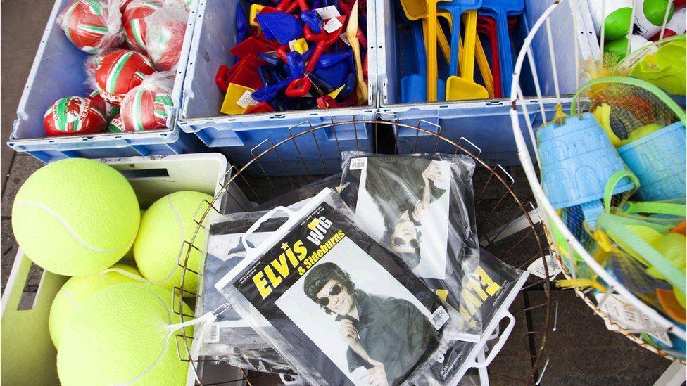 Pêl, bwced a rhaw a... locsyn bôch. Da ni'n barod nawr am Ŵyl Elvis! Ball, bucket and spade and... the obligatory sideburns. We're ready now for the Elvis Festival