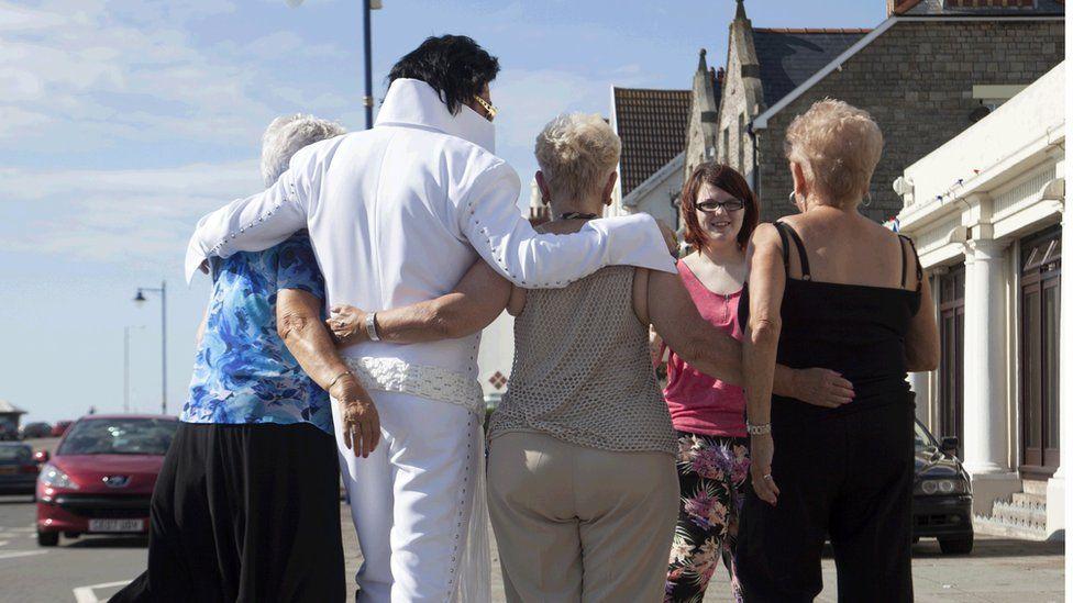 Mae e'n dal yn boblogaidd 'da'r merched! // He's still popular with the ladies!