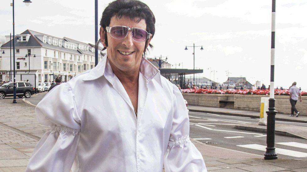 Elvis 'ta Syr Tom? // This Elvis looks like his big mate Sir Tom Jones!