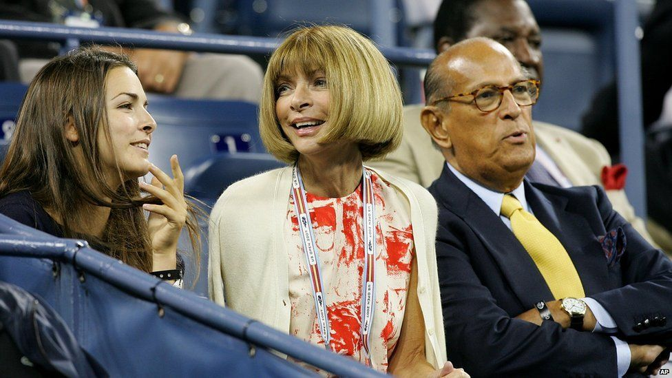 De la Renta watches the 2007 US Open with US Vogue editor Anna Wintour and her daughter Bee Schaffer