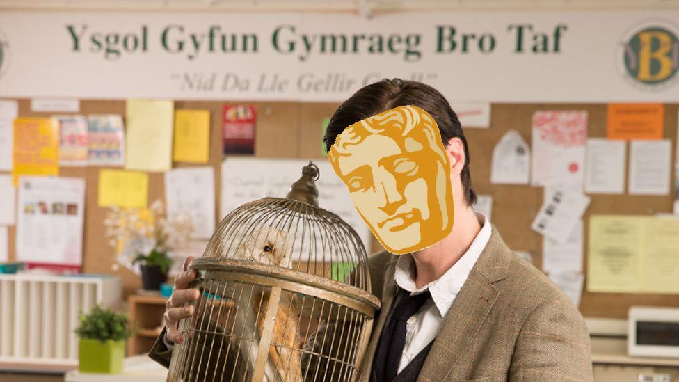 Mae'r person yma o Rhydaman wedi chwarae ran y digrifwr Ryan Davies ar lwyfan ac ar sgrin.