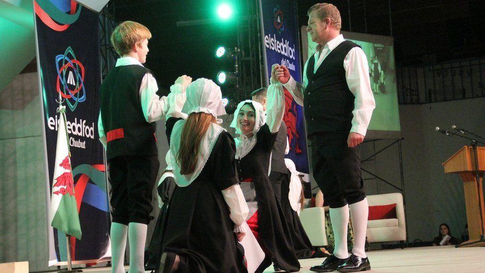 Dawnsio traddodiadol Cymreig // Traditional Welsh dancing on the stage in Trelew