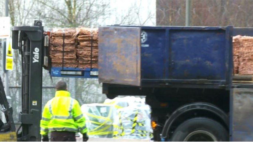 Ond mae'r holl fetel yn cyrraedd ar gefn lori // But most of the metal arrives on the back of a lorry