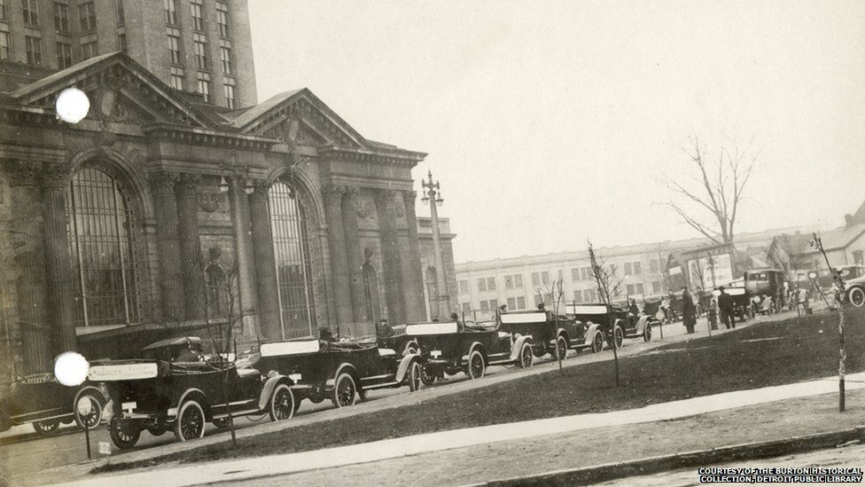 Cars queue outside of Michigan Central Station in 1915.