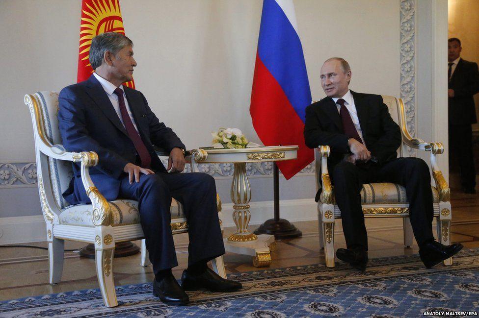 Russian President Vladimir Putin (right) sits together with Kyrgyz President Almazbek Atambayev
