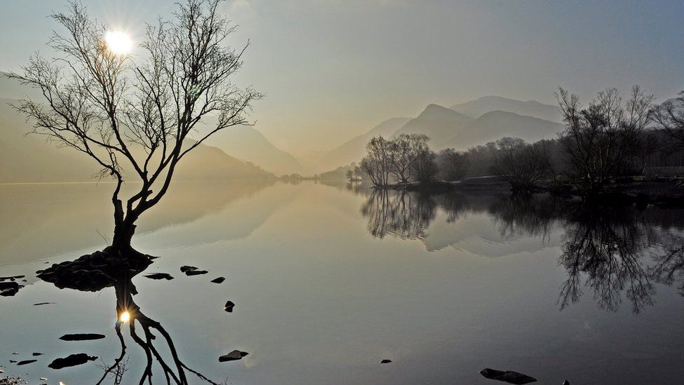 Gwawr mis Mawrth o gyfeiriad Pen Llyn // The calmness of a March morning
