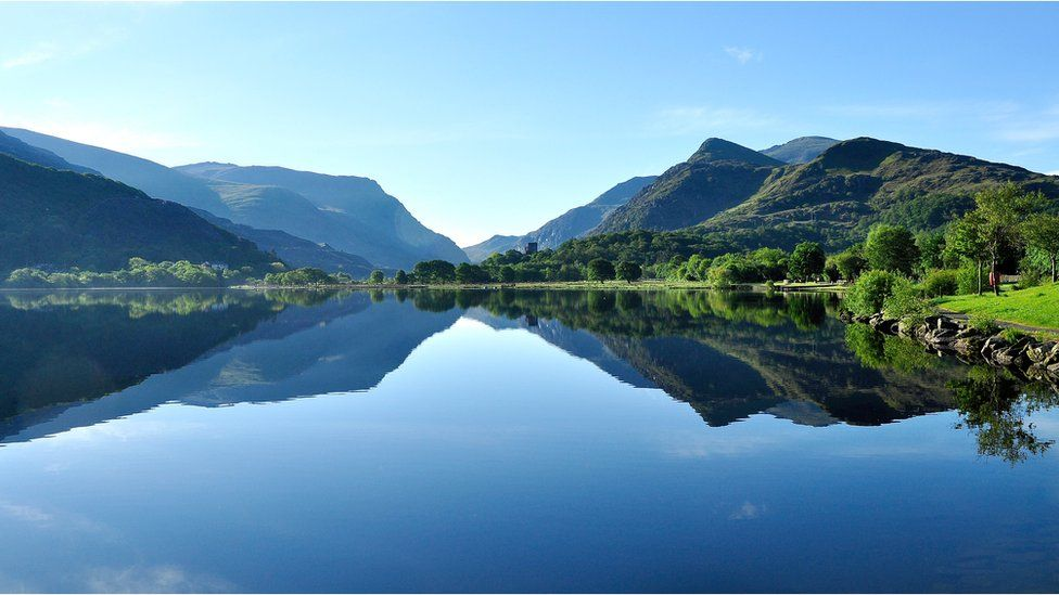 Llyn Padarn fel gwydr ar ddiwrnod o wanwyn // The lake makes an effective mirror on a calm morning in May