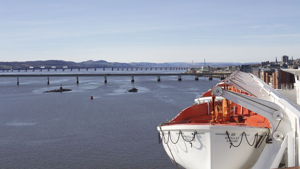 Cruise ship leaves Dundee