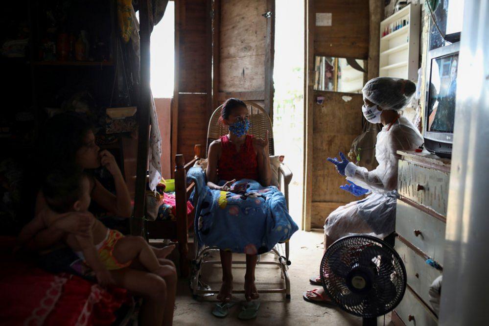 Vanderlecia talks to a patient indoors