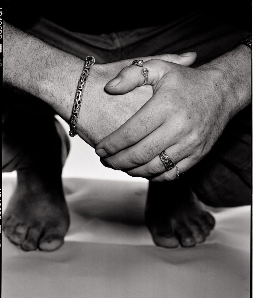 Alt: Hands clasped together