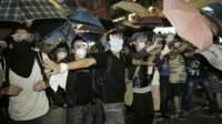 旺角佔領區示威者試圖隔開其他示威者與警察(19/10/2014)