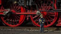 Мальчик и колеса паровоза