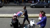 Viajero cubano en el aeropuerto José Martí