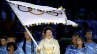 小池百合子揮舞奧林匹克旗幟(21/8/2016)