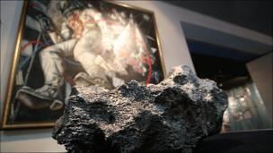 Метеорит в музее космонавтики.  Фото Игоря Подгорного