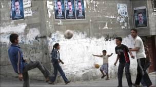 Jóvenes juegan fútbol en Gaza.