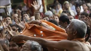 Feligreses en India celebran el aniversario del dios hindú Rama.