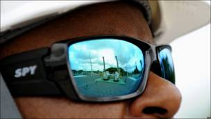 Funcionario de Petrobras observa gasoducto
