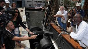 El capitán William Pinkeny conversando con los periodistas (Foto: Raquel Pérez)