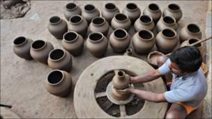 Darga Ashok en su taller en Hyderabad