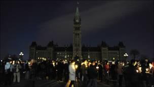 Personas prenden velas en las afueras del Parlamento de Ottawa, Canadá