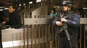 Policía en estación de tren de Nueva York.