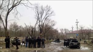 Милиционеры и следователи осматривают место взрывов в Кизляре