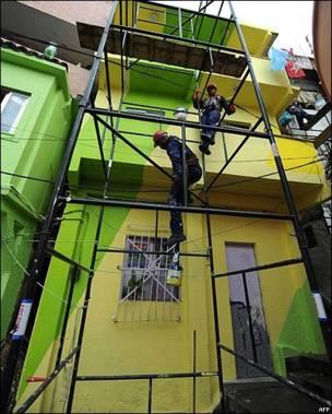 Trabajos de pintura en la favela de Dona Marta, en Río de Janeiro, Brasil
