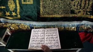 Una mujer de Islamabad, Pakistán, reza varios versos del Corán