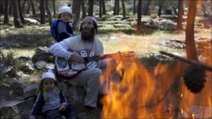 Un judío ultra nacionalista toca la guitarra para su familia durante la fiesta del Pesach, o Pascua