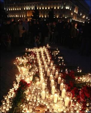 Свечи у здания ФСБ на Лубянской площади
