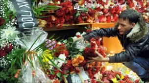 """Цветы на месте взрыва в вестибюле метро """"Лубянка"""""""