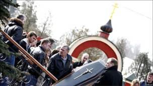 Родные и близкие на похоронах Анны Пермяковой