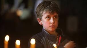 Un niño en la catedral de Moscú