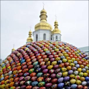 Escultura de huevos de Pascua