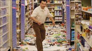 Un hombre camina entre productos de farmacia que se cayeron